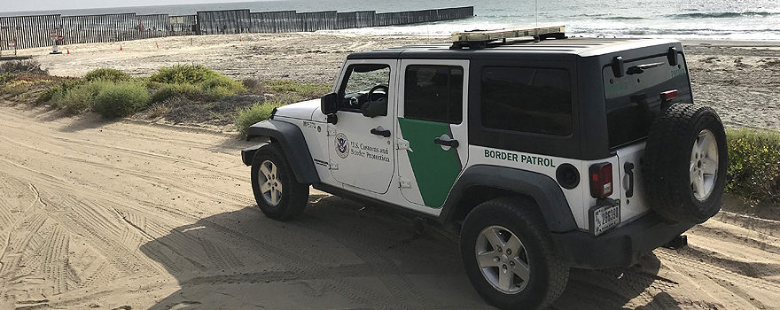 US border patrol vehicle near the fence with Mexico [Wikimedia Commons]
