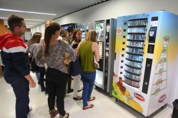Una m quina expendedora colocada en el edificio amigos la primera en ofrecer variedad de - Maquinas expendedoras de alimentos y bebidas ...