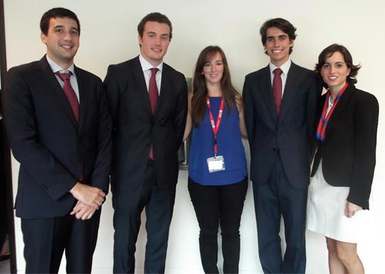 Un grupo de alumnos presenta el Case Competition Club, que preparará a los futuros participantes en estas competiciones académicas internacionales